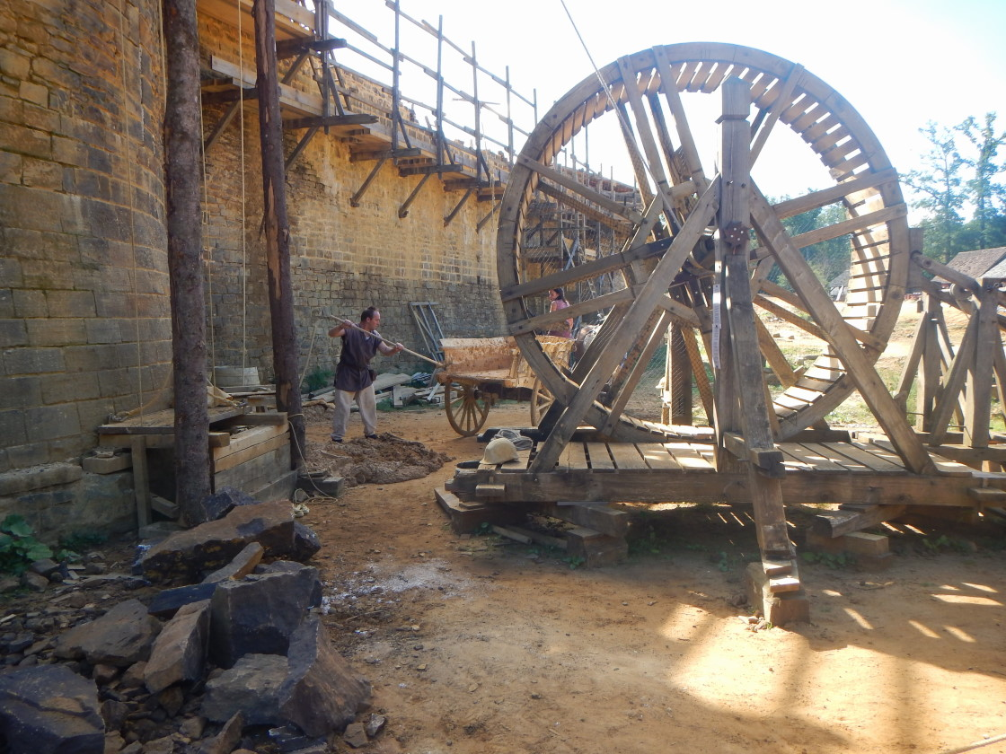 La cage à écureuil qui permet de monter les pierres et le mortier sur la tour en construction